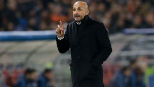 Luciano Spalletti da indicaciones en un duelo de Serie A