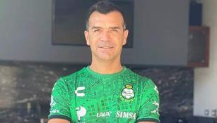 Jared Borgetti con playera de Santos