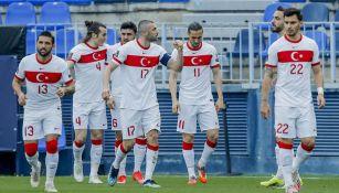 Jugadores de Turquía festejan un gol