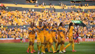 Jugadoras de Tigres celebrando un gol vs Chivas