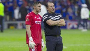 Juan Reynoso y Jesús Corona tras ganar el título con Cruz Azul