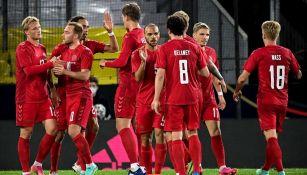 Jugadores de Dinamarca celebran un gol