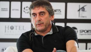 Francescoli, durante una charla con los medios