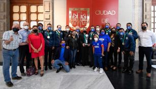 Claudia Sheinbaum posa con el trofeo del Guard1anes 2021 junto con la plantilla de Cruz Azul