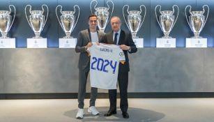 Lucas Vázquez y Florentino Pérez tras la renovación