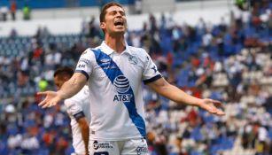 Santiago Ormeño festejando un gol a favor del Puebla
