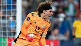 Memo Ochoa en festejo de gol