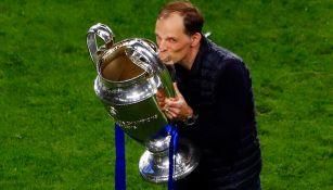 Thomas Tuchel besa el trofeo de la Champions League