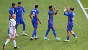 Jugadores de Inglaterra festejan al terminar partido contra Rumania