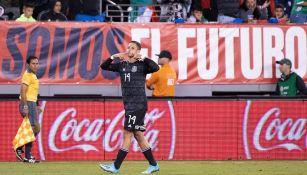 Javier Hernández celebrando un gol con el Tri