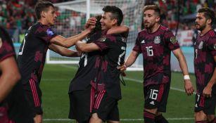 Jugadores mexicanos felicitan a Lainez tras su anotación