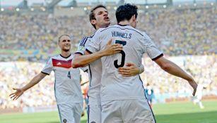 Müller y Hummels celebran un gol con Alemania