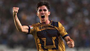 Efraín Velarde festejando un gol a favor de los Pumas