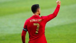 Cristiano Ronaldo levanta el puño en un juego de Portugal