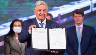Andrés Manuel López Obrador firma licitación con el consorcio franco-canadiense
