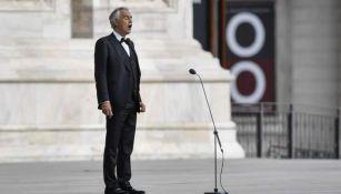 Andrea Bocelli cantando