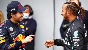 Checo Pérez y Lewis Hamilton después de una carrera