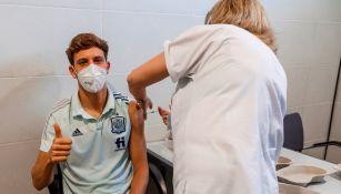 Marco Llorente en proceso de vacunación