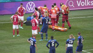 Christian Eriksen siendo atendido en el partido ante Finlandia