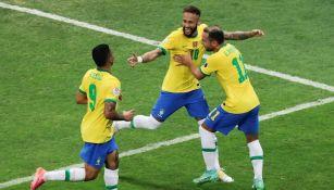 Jugadores de Brasil celebran gol ante Venezuela