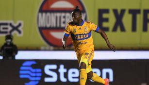 Julián Quiñones durante un partido con Tigres