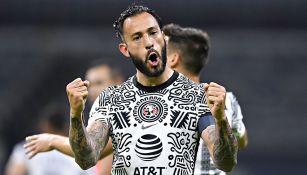 Emanuel Aguilera festeja un gol con el América