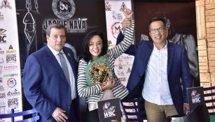 Jackie Nava recibe el cinturón conmemorativo por su carrera