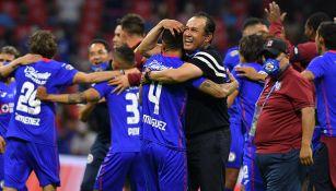 Juan Reynoso abraza a sus jugadores tras lograr el título de Liga MX