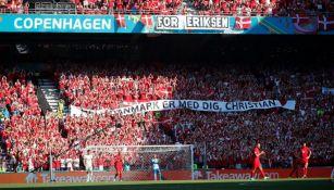 Homenaje a Eriksen durante el partido entre Dinamarca y Bélgica