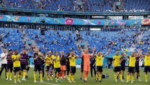 Jugadores de Suecia celebran con la afición al finalizar partido