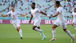 Embolo festejando con sus compañeros un gol ante Gales
