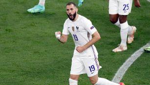 Karim Benzema festeja un tanto con Francia