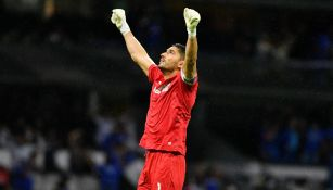 Jesús Corona durante un partido con Cruz Azul