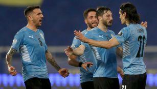Jugadores uruguayos celebran gol vs Paraguay