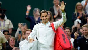 Roger Federer avanzó en Wimbledon tras lesión de su rival Adrian Mannarino