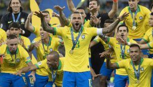 Dani Alves celebra con la selección de Brasil en la Copa América