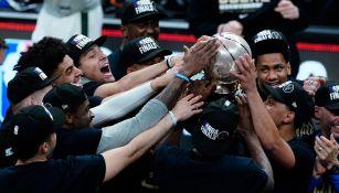 Bucks celebran con el trofeo después de vencer a los Hawks