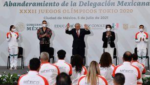 Andrés Manuel López Obrador y Ana Gabriela Guevara con los atletas mexicanos