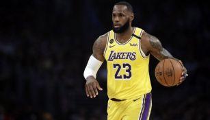 LeBron James en un partido con los Lakers