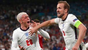 Kane y Phoden festejando el gol del triunfo para Inglaterra