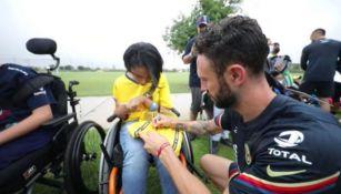 Miguel Layún en convivencia con los niños del CRIT de San Antonio