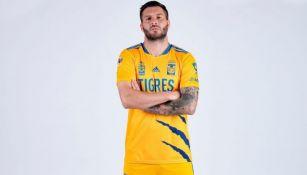 André-Pierre Gignac luciendo el nuevo uniforme de Tigres