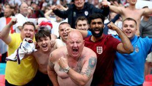 Aficionados ingleses apoyando a su selección