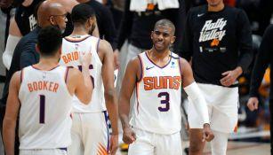 El base de los Suns celebra con sus compañeros
