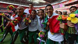 Futbolistas mexicanos festejando el haber ganado la medalla de oro en Londres 2012