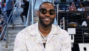 LeBron James como aficionado en partido de la NBA