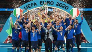 Chiellini levantando el trofeo de campeón