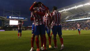 Jugadores de Chivas festejan uno de los goles