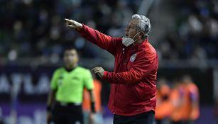 Víctor Manuel Vucetich en un partido con Chivas