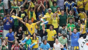 Afición apoya a la selección de Brasil en juego de voleibol